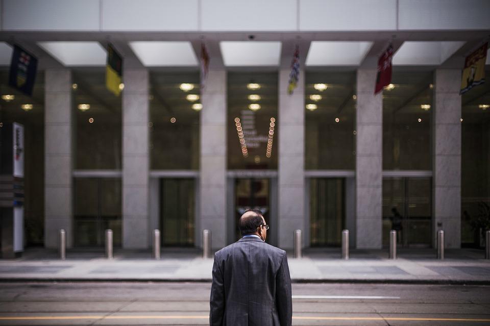 Hombre de negocios mirando de frente a un Hotel